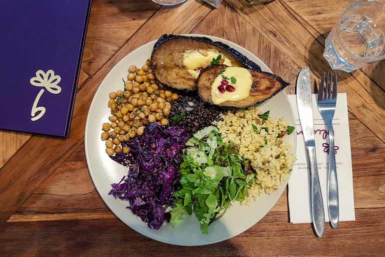 Vegan plate at Deli Bluem Vienna - photo by Kathi Kamleitner